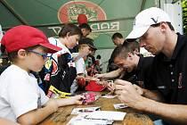 Autogramiáda hokejistů královéhradeckého klubu Mountfield HK před zápasem s Straubingem.