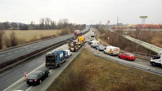 Kolony na opravované silnici I/37 mezi Hradcem Králové a Pardubicemi.