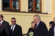 Miloš Zeman před krajským úřadem