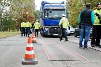 Dopravní kontrola zaměřená na nákladní automobily a jejich řidiče v Hradci Králové.