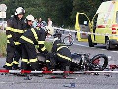 Při střetu auta a motorek zemřel člověk