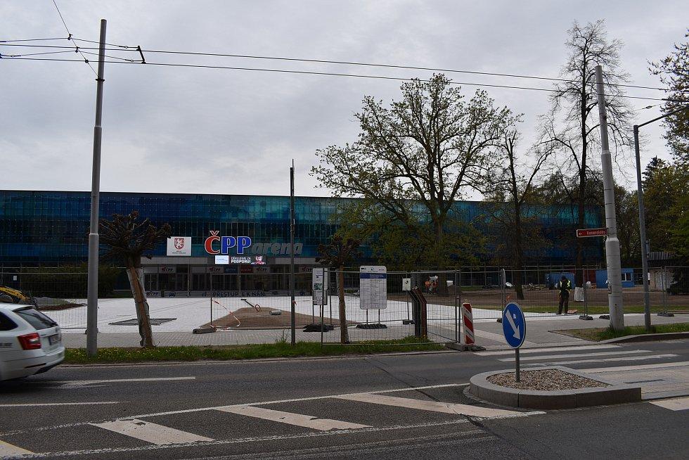 Přímo před vstupem na zimní stadion už jsou nové dlažební kostky.
