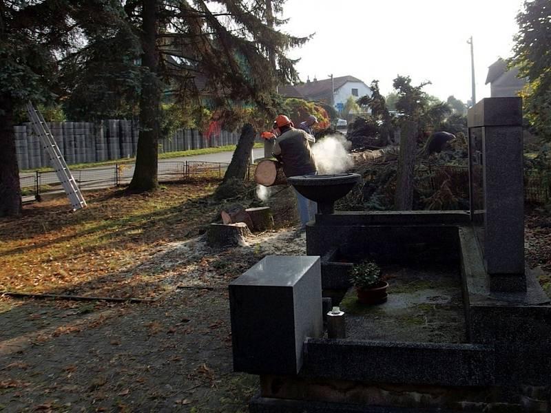 Pomník se otevírá prostoru obce.