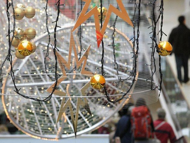 Vánoční výzdoba hradeckého obchodního centra.