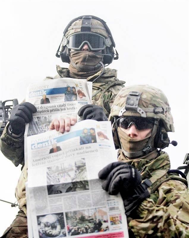 Američtí vojácí s Deníkem v rukách.