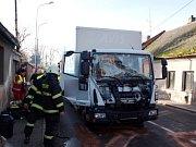 Dopravní nehoda dvou nákladních automobilů v Nechanicích.