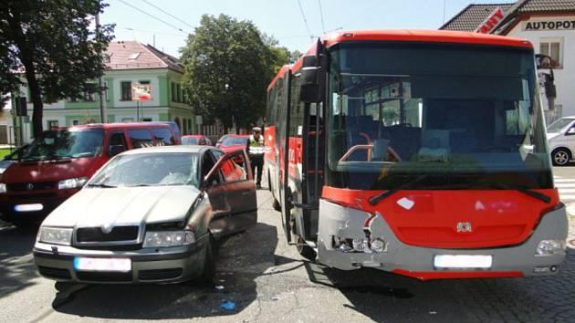 Osobní auto se srazilo s dálkovým autobusem.