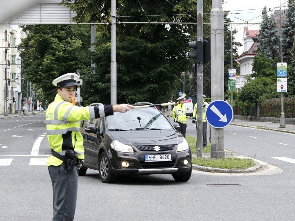 Soutěž dopravních policistů Královéhradeckého a Pardubického kraje v řízení dopravy na křižovatce Střelecké ulice a Gočárovy třídy v Hradci Králové.