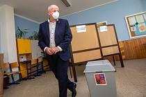 Ministr zdravotnictví Roman Prymula u voleb v Hradci Králové.