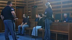 Z vraždy 50letého sběratele známek se u soudu zodpovídají Jaroslav Janák a jeho bývalá žena Petra. Podle obžaloby se chystali usmrtit i další muže. Těm se však se štěstím podařilo vražedným plánům uniknout.