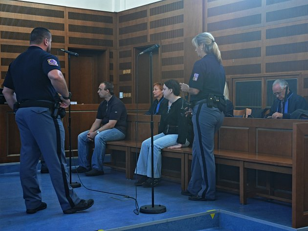 Zvraždy 50letého sběratele známek se usoudu zodpovídají Jaroslav Janák a jeho bývalá žena Petra. Podle obžaloby se chystali usmrtit idalší muže. Těm se však se štěstím podařilo vražedným plánům uniknout.