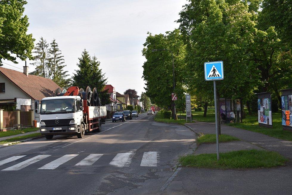 Po Pouchovské a Velké ulici jezdí do skladištní oblasti zhruba tisíc kamionů denně. Silnice na tom přitom vůbec není přizpůsobená.