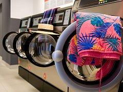 Praní v samoobslužné prádelně funguje skoro stejně jako doma. Rozdíl je, že se do stroje musí vhodit mince na zaplacení. Další postup už každý zná.