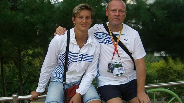 Šéflékař české atletické reprezentace Jiří Neumann po boku oštěpařky Barbory Špotákové.