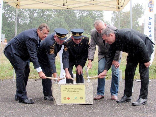 Slavnostní zahájení rekonstrukce stadionu pro výcvik a požární sport v Hradci Králové.