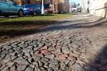 Zvlněný chodník s rozpadlou dlažbou by si kompletní rekonstrukci zasloužil. Běžná údržba ho čeká určitě.