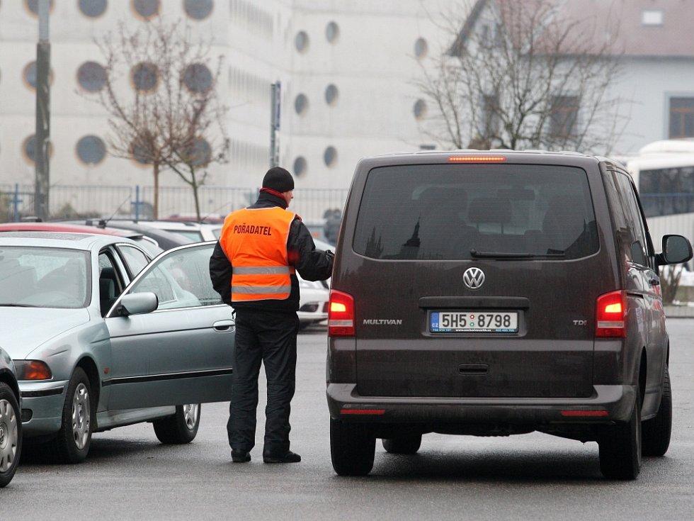 Parkování u Hotelu Stadion poblíž zimního stadionu v Hradci Králové.