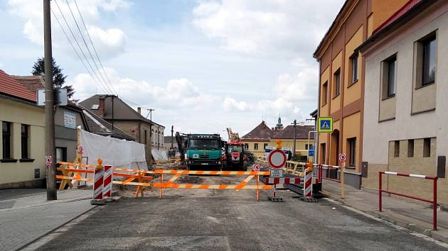 Oprava mostu na silnici I/11 přes řeku v Chlumci nad Cidlinou.