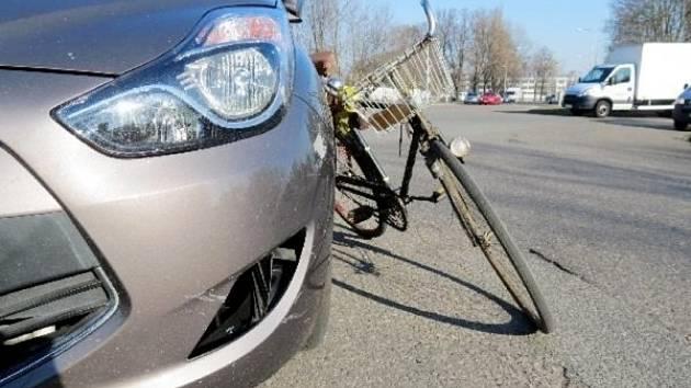 Osudný střet osobního automobilu a cyklisty v Šimkově ulici v Hradci Králové.