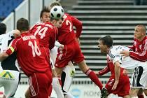 FC HRADEC - TŘINEC 0:0. Souboj před brankou hostí.