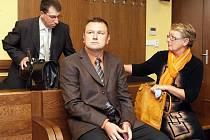Jan Čížek (uprostřed) a jeho matka Ludmila se podle obžaloby měli společně s Martinem Bakešem dopustit podvodu.