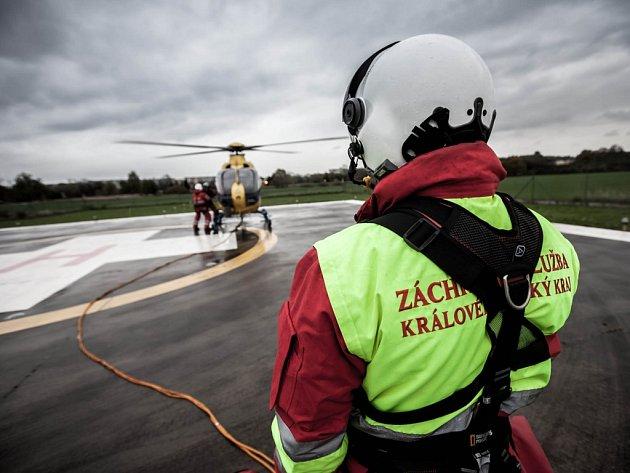 Cvičení letecké záchranné služby Královéhradeckého kraje - zdravotníci a hasiči při tréninku práce v podvěsu.
