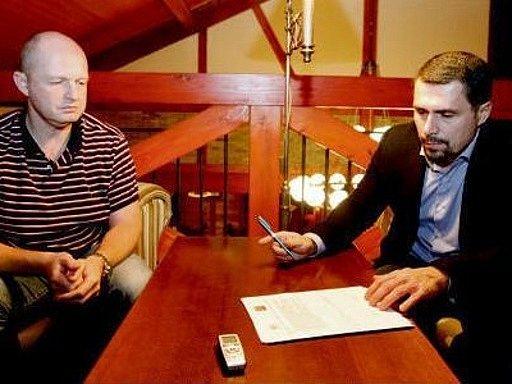 Zleva Ondřej Šebek a Aleš Kmoníček, generální manažeři hokejových klubů HC ČSOB Pojišťovna Pardubice a Mountfield HK, při podpisu společného memoranda.