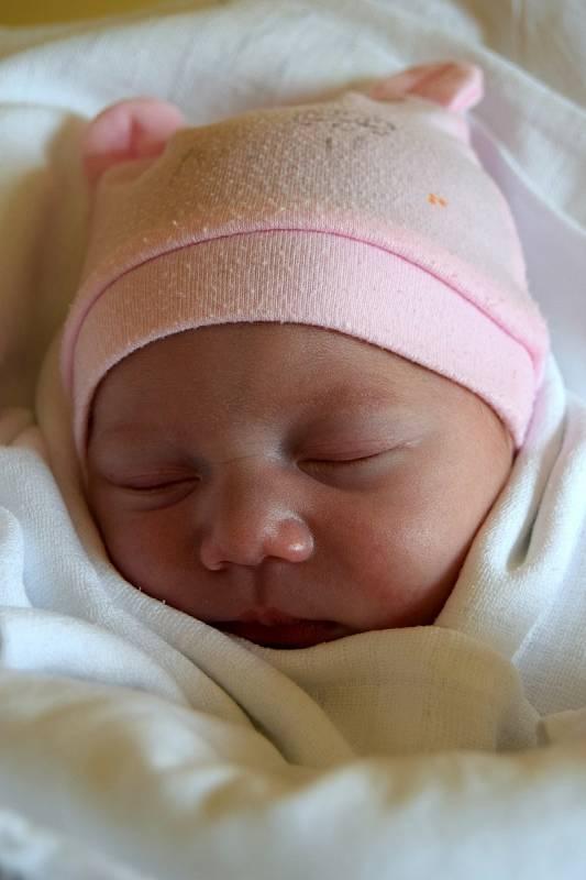 NAOM NICOL ŠMIDTOVÁ poprvé spatřila světlo světa 19. července s váhou 2 300 g a mírou 43 cm. Rodiče Petra Šmidtová a Jan Šamko pochází z Hořic. Na miminko se těšili i sourozenci Sára 14 let, Charlotte 7 let, Lucas 6 let a Mia 3 roky.