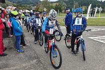 Mladí cyklisté ověřují své znalosti na dopravním hřišti.