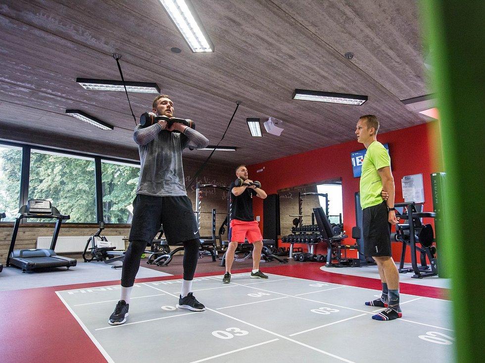 Fotbalista Jiří Skalák a brankář Tomáš Holý během přípravy s kondičním trenérem Ondřejem Krajákem v Hradci Králové.