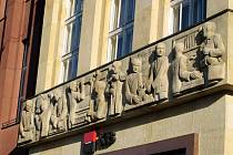 Čelní reliéf na Komerční bance na hradeckém nábřeží, který vytvořil Josef Škoda.
