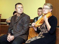 Jan Čížek a jeho matka Ludmila se podle obžaloby měli společně s Martinem Bakešem dopustit podvodu.