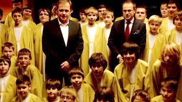Boni Pueri krátce před vysíláním prezidentské superdebaty s moderátorem Václavem Moravcem (vpravo) a generálním ředitelem České televize Petrem Dvořákem.