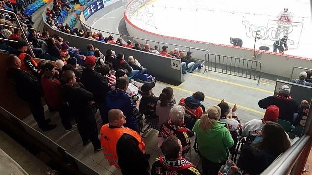 Vozíčkáři na hradeckém zimním stadionu.
