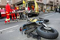 Střet motorkáře a osobního automobilu v Hradci Králové. Nehoda se obešla bez vážnějších zranění.