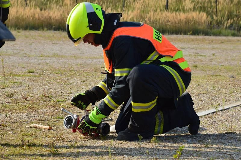 Dobrovolní hasiči cvičili na Marokánce hašení lesního požáru.
