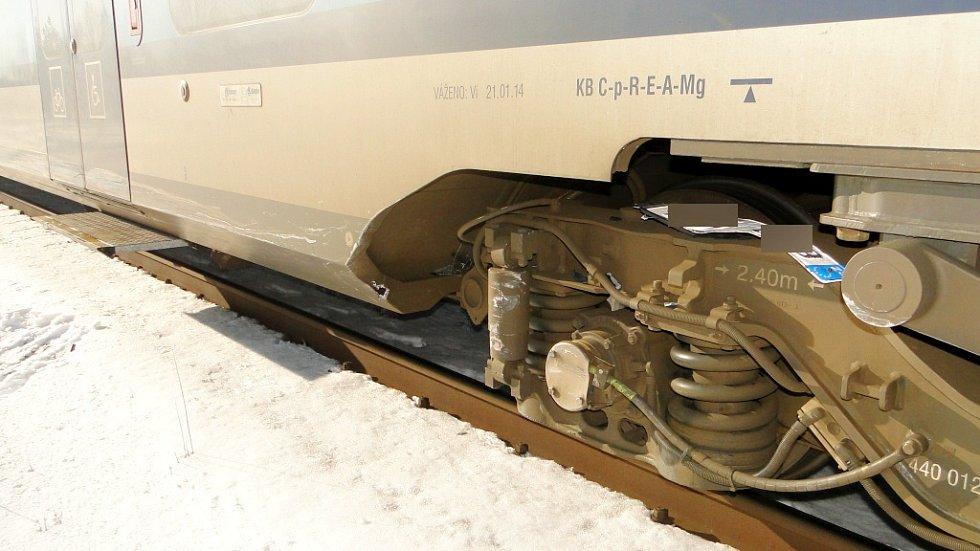 Střet osobního automobilu s vlakem na železničním přejezdu v hradecké Kuklenské ulici.