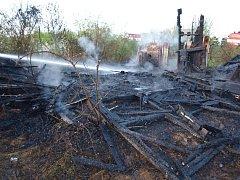 Požár dřevěné chatky určené k demolici v Nechanicích.