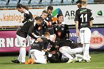 """Fotbalová národní liga: SK Dynamo České Budějovice - FC Hradec Králové. """"Votroci"""" se radují z gólu Juraje Križka."""