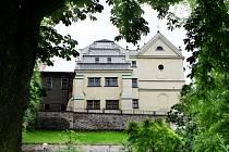 Městská hudební síň a kostel svatého Jana Nepomuckého v Hradci Králové