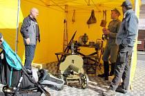 Vojáci v dobových uniformách provázeli kolemjdoucí po stanech, kde byly k vidění staré zbraně, výstava týkající se legií a nebo se tam předváděla první pomoc.