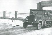 Kolopásové vozidlo značky Maybach vjíždí na letiště v Hradci Králové.