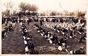 Historický snímek z cvičení sloupenských hasičů na návsi.
