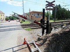 Poškozená závora na smiřickém železničním přejezdu.