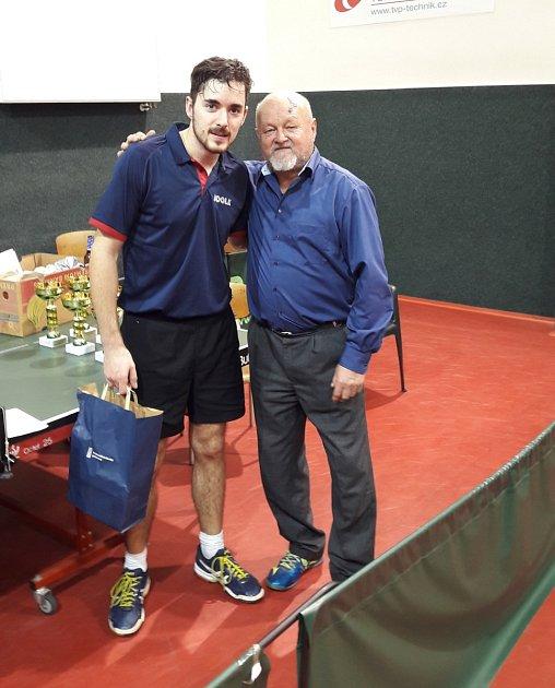 Ředitel turnaje Ján Hrdý (vmodré košili) oceňuje Matěje Hanzla (5.místo dvouhra, 2.m. čtyřhra).