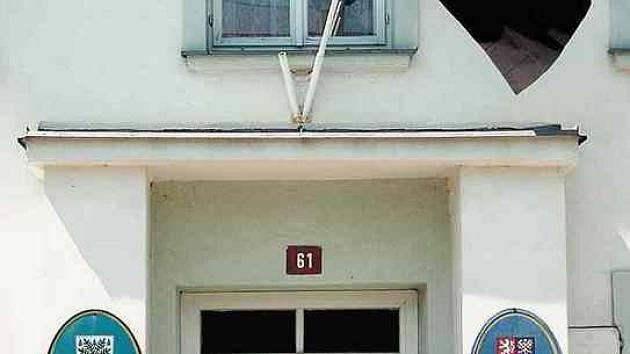 Smrt starosty připomíná černý prapor na budově obecního úřadu.