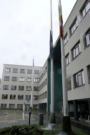 Vlajky svěšené na půl žerdi před Magistrátem města Hradec Králové.