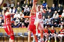 Bonver Ženská basketbalová liga: Sokol ZVÚ Strojírny Hradec Králové - BLK Slavia Praha.