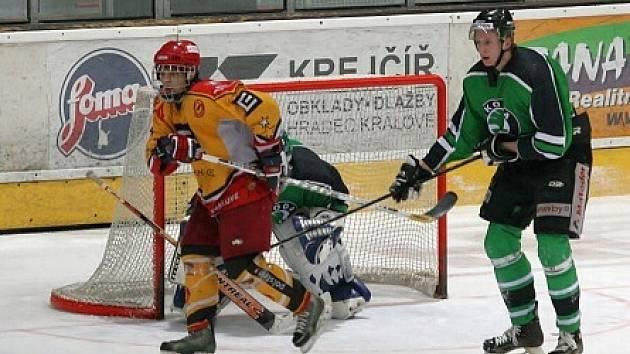TŘI BODY ve dvou zápasech si připsal na své konto juniorský útočník Ondřej Březina (vlevo) . Vítězství mohl slavit jen jednou.