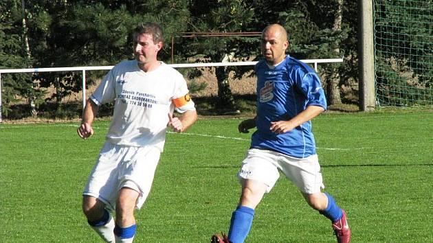 Roudnický fotbalista David Klapka (vlevo).